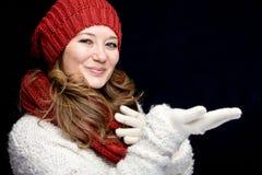 Portret słodka dziewczyna z czerwień szalika bożymi narodzeniami, zakończenie obraz stock