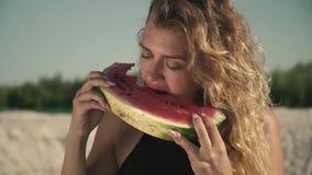 Portret słodka kobieta z falowania łasowania włosianym arbuzem outdoors śliczny irl cieszy się jej odpoczynek i uśmiecha się plas zdjęcie wideo