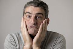Portret 40s 50s smutny i zmartwiony mężczyzna patrzeje udaremniający i beznadziejny w twarzy wyrażeniu odizolowywającym stresu i  zdjęcie royalty free