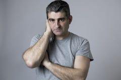 Portret 40s 50s smutny i zmartwiony mężczyzna patrzeje udaremniający i beznadziejny w twarzy wyrażeniu odizolowywającym stresu i  Obrazy Stock