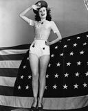 Portret salutuje z flaga amerykańską kobieta (Wszystkie persons przedstawiający no są długiego utrzymania i żadny nieruchomość is fotografia royalty free