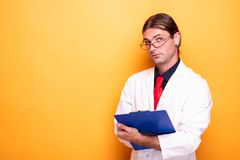 Portret samiec lekarka z błękitnym schowkiem fotografia royalty free