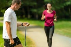 Portret samiec trenera timing biegacz outdoors zdjęcia royalty free