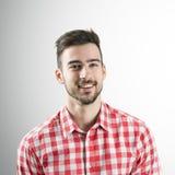 Portret samorzutny uśmiechnięty brodaty mężczyzna Fotografia Royalty Free