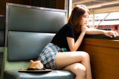 Portret samotności piękna kobieta Powabna piękna dziewczyny opłata zdjęcia royalty free