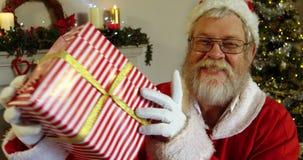 Portret Santa Claus mienia prezenta pudełko z palcem na wargach zbiory wideo