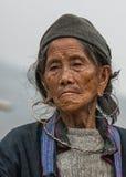 Portret se ferment de la femme agée de Hmong contre les cieux gris Images stock