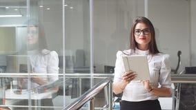 Portret seksowna biznesowa kobieta w szkłach z pastylką Obraz Stock