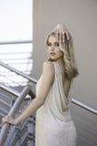 Portret seksowna blondynki kobieta pozuje w miastowym położeniu obrazy royalty free