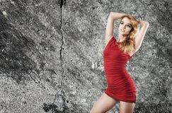 Piękna kobieta w rewolucjonistki sukni na Ściennym tle Obraz Royalty Free