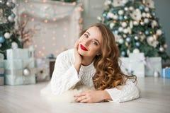 Portret seksowna piękna młoda kobieta w czerwieni sukni Pojęcie o Zdjęcia Royalty Free