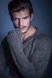 Portret seksowny mężczyzna w ciepłym pulowerze Zdjęcia Stock