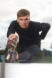 Portret seksowny mięśnia mężczyzna pozuje na stadium Zdjęcia Stock