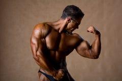 Portret seksowny mięśnia mężczyzna pozuje w studiu. Obrazy Royalty Free