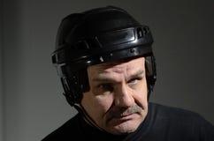 Portret senior w hokejowym hełmie obraz stock