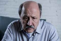 Portret seniora dojrzały stary człowiek na i jego 60s leżanki samotnym czuciowym bólu w domu i cierpienie depresji fotografia royalty free
