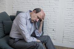 Portret seniora dojrzały stary człowiek na i jego 60s leżanki samotnym czuciowym bólu w domu i cierpienie depresji zdjęcia stock