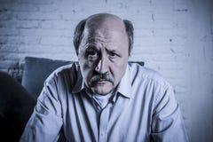 Portret seniora dojrzały stary człowiek na jego 60s leżance samotnie w domu zdjęcia royalty free
