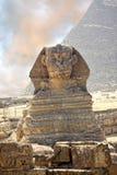 Portret sfinks z ostrosłupem, Giza, Egipt obraz stock