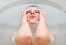 Portret sfrustowana kobieta w wannie Zdjęcie Royalty Free