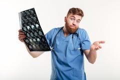 Portret sfrustowany pomocniczo lekarz medycyny trzyma CT obraz cyfrowego zdjęcie stock