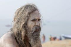 Portret Shaiva sadhu, święty mężczyzna na ghats Ganges rzeka w Varanasi, India z bliska Zdjęcie Royalty Free