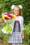 Portret siedmioletnie stopień dziewczyny iść szkoła na Wrześniu 1 wewnątrz obraz stock