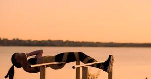 Portret silny m?odej kobiety obwieszenie na ?ciennych barach z jej nogami up Sprawności fizycznej kobiety spełniania obwieszenia  zbiory wideo