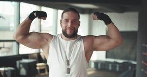 Portret Silny, mięśniowy mężczyzna, Apollo pokazuje jego mięśnie, półpostać, żyły delty prasa zbiory wideo