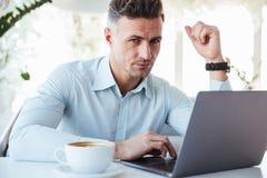 Portret skoncentrowany dorośleć mężczyzna zdjęcie stock