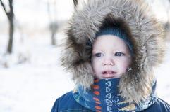 Portret skoncentrowany dzieciak w kapiszonie z futerkiem zdjęcie stock