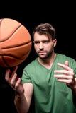 Portret skoncentrowany mężczyzna szkolenie z koszykówki piłką zdjęcie royalty free