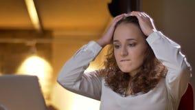 Portret skoncentrowany młody bizneswomanu dopatrywanie w laptop z rozpaczem na biurowym tle obrazy royalty free