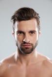 Portret skoncentrowany młody brodaty mężczyzna patrzeje kamerę fotografia royalty free