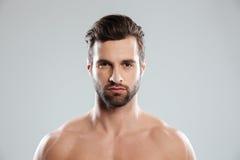 Portret skoncentrowany młody brodaty mężczyzna patrzeje kamerę obrazy royalty free