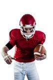 Portret skupiający się futbolu amerykańskiego gracz przygotowywa atakować Obraz Royalty Free