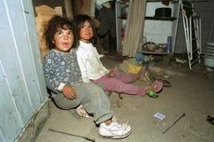 Portret Slechte Argentijnse meisjes die in krottenwijkwoning spelen royalty-vrije stock foto's