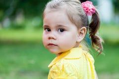 Portret smucenie mała dziewczynka Zdjęcia Stock