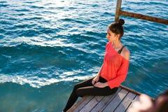 Portret smutna atrakcyjna kobieta cieszy się scenerię podczas gdy patrzejący w odległość samotnie na rzecznym jetty Fotografia Royalty Free