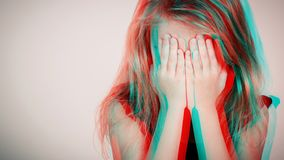 Portret smutna blond mała dziewczynka siedzi blisko ściany obrazy stock