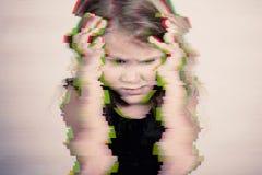 Portret smutna blond mała dziewczynka zdjęcie royalty free