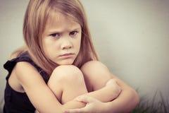 Portret smutna blond mała dziewczynka Obrazy Royalty Free