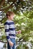 Portret smutna chłopiec, park Obrazy Stock