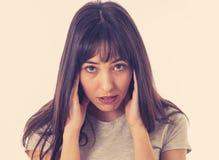 Portret smutna i przygnębiona kobieta w bólowym mieć migrenę Ludzcy wyrażenia i emocje zdjęcia stock