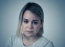 Portret smutna i zastrachana kobieta Odizolowywający w białym tle Ludzcy wyrażenia i emocje zdjęcie stock