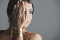 Portret smutna indyjska kobieta chuje jej twarz z jej ręką Obraz Stock