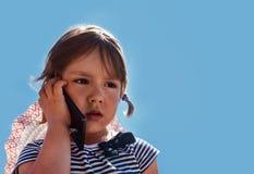 Portret smutna kędzierzawa mała dziewczynka zdjęcia royalty free