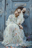 Portret smutna mała dziewczynka z piękną fryzurą i suknia przy dnia czasem Siedząca dziewczyny myśl o coś i spojrzeniu na boku Obraz Royalty Free