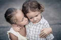 Portret smutna nastoletnia dziewczyna i chłopiec fotografia stock