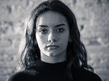 Portret smutna, nieszczęśliwa młoda dziewczyna, Bezradny, przygnębiony dziecko, Zatrzymuje znęcać się kampanię zdjęcia royalty free